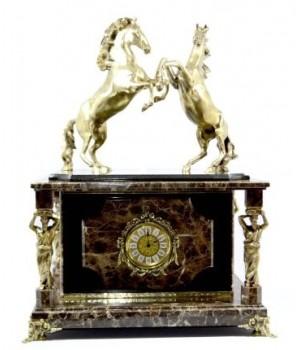 Часы-сейф из итальянского мрамора и долерита с лошадками