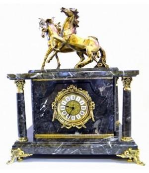 Часы-сейф из серого мрамора с лошадками