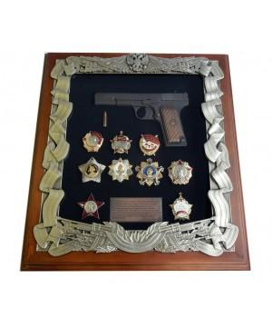Деревянная ключница с пистолетом ТТ и наградами СССР