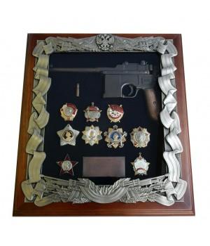 Деревянная ключница с пистолетом Маузер и наградами СССР