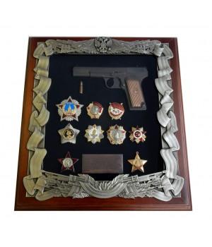 Деревянная ключница с пистолетом ТТ и наградами ВОВ
