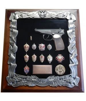 Деревянная ключница с пистолетом Макарова и знаками ФСБ