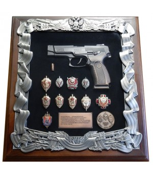 Деревянная ключница с пистолетом Ярыгина (ПЯ) и знаками ФСБ